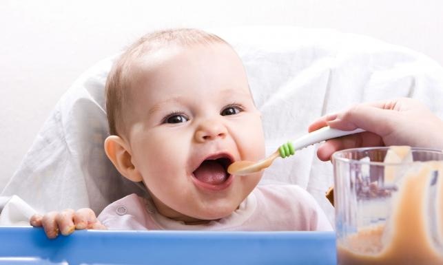 Żywienie małych dzieci w Polsce odbiega od zaleceń. Eksperci przygotowali pomoc dla rodziców