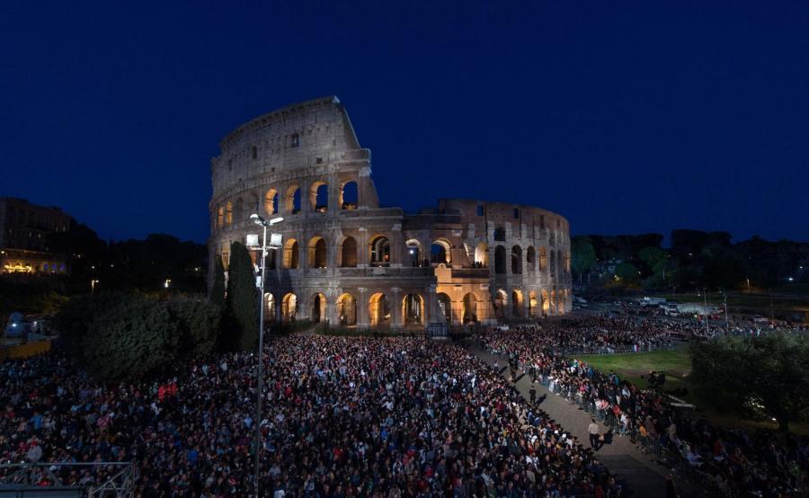 Papież Franciszek przewodniczy drodze krzyżowej w Koloseum