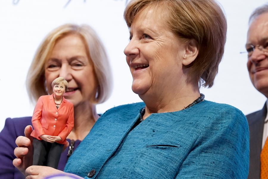 Angela Merkel z laleczką wydrukowaną w drukarce 3D