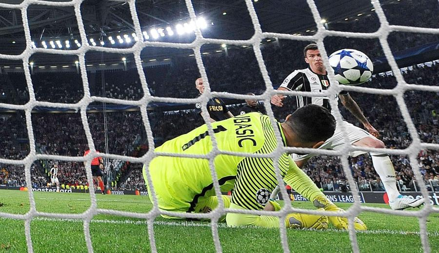 Mario Mandzukic strzela gola dla Juventusu