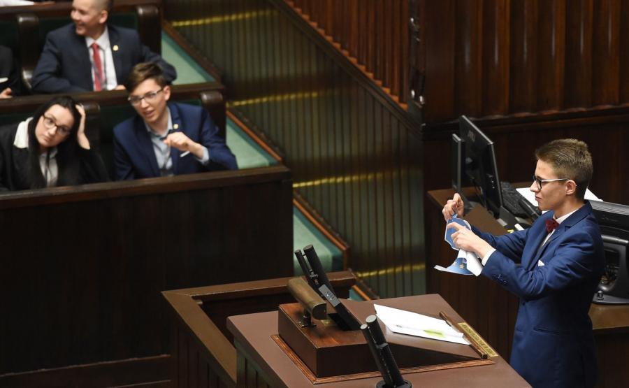 Młody poseł Michał Cywiński drze kartkę z flagą Unii Europejskiej podczas XXIII sesji Sejmu Dzieci i Młodzieży