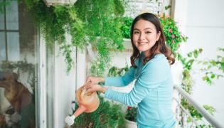 Kobieta podlewa rośliny