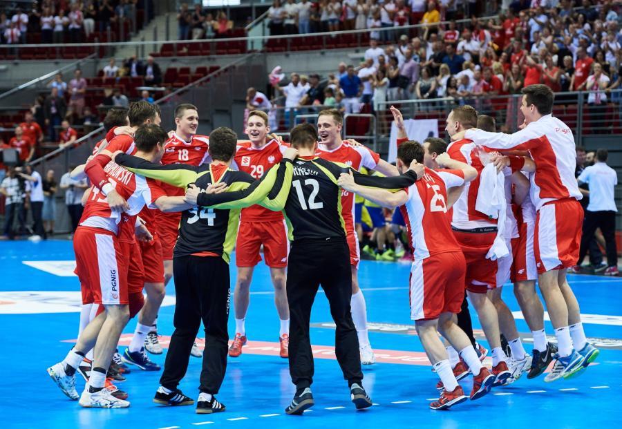 Polska drużyna cieszy się z wygranej 32:31 w meczu eliminacyjnym do mistrzostw Europy 2018 piłkarzy ręcznych z Rumunią