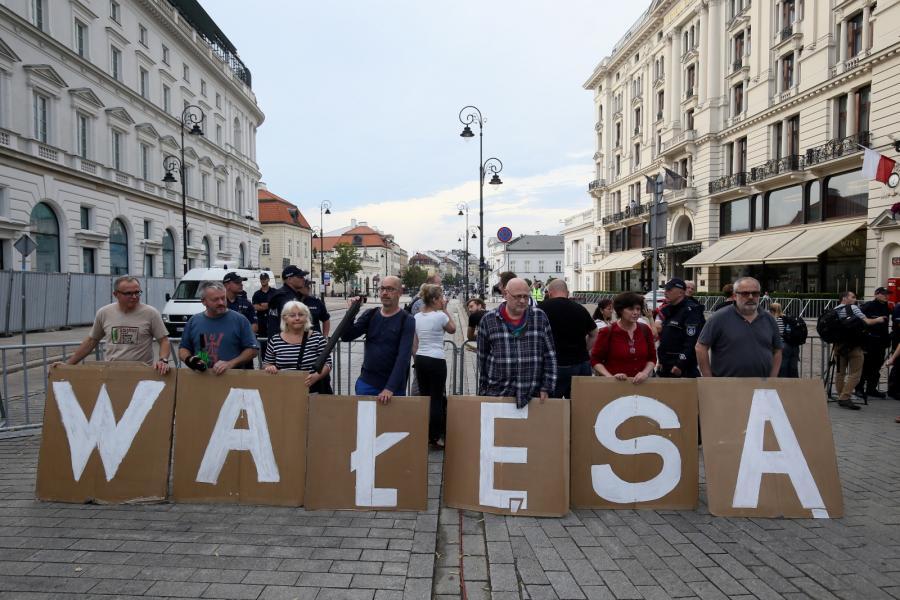 Uczestnicy kontrmanifestacji gromadzą się na Krakowskim Przedmieściu w okolicy Pałacu Prezydenckiego