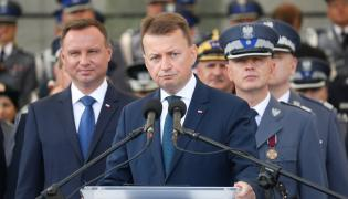 Prezydent Andrzej Duda i minister spraw wewnętrznych i administracji Mariusz Błaszczak na centralnych obchodach święta policji.