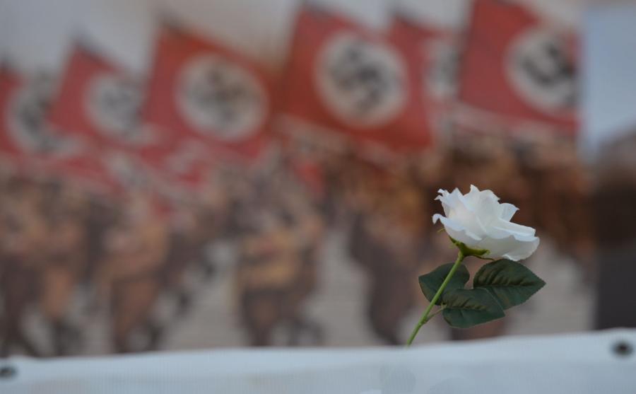 Protest przeciw marszowi narodowców