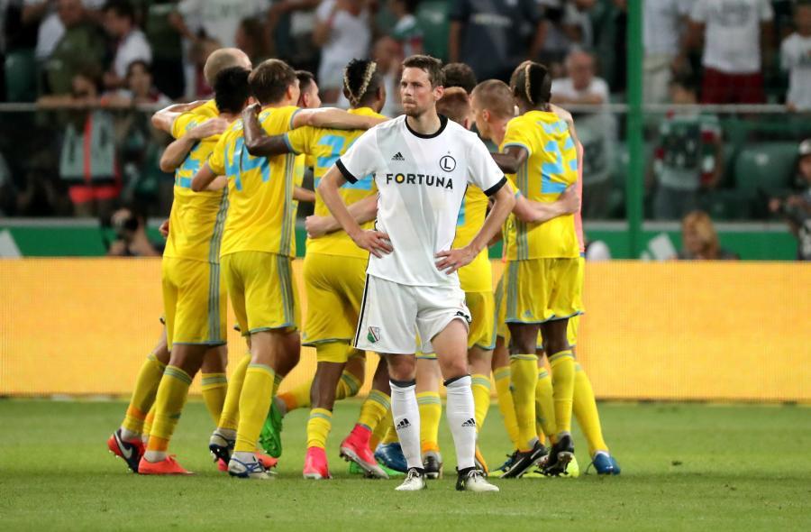Piłkarz Legii Warszawa Kasper Hamalainen (C) i cieszący się z awansu gracze FK Astana