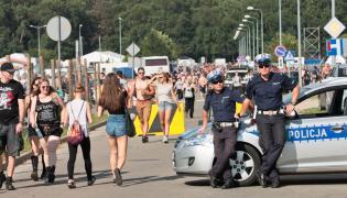 Policjanci pilnują drogi wjazdowej podczas pierwszego dnia 23. Przystanku Woodstock w Kostrzynie nad Odrą
