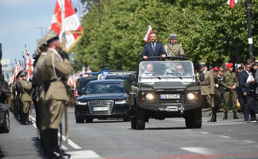 Prezydent Andrzej Duda w asyście szefa Sztabu Generalnego WP gen. broni Leszka Surawskiego dokonuje przeglądu pododdziałów wojskowych