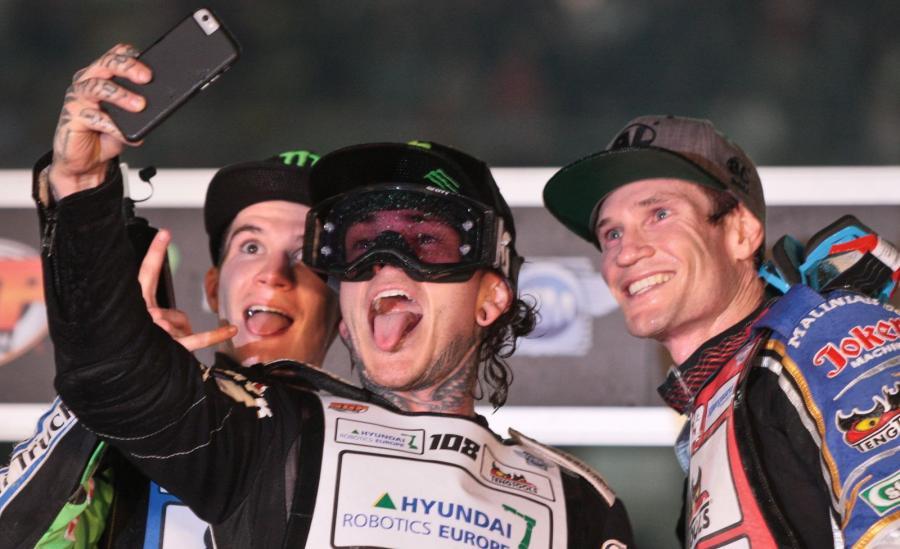 Tai Woofinden (C), Patryk Dudek (L) i Jason Doyle (P) na podium Grand Prix Polski na żużlu w Gorzowie Wielkopolskim