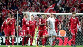 Piłkarze reprezentacji Danii cieszą się z gola Christiana Eriksena