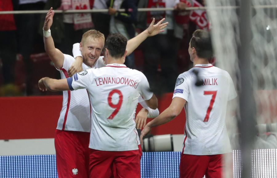 Polscy piłkarze cieszą się z bramki strzelonej przez Kamila Glika