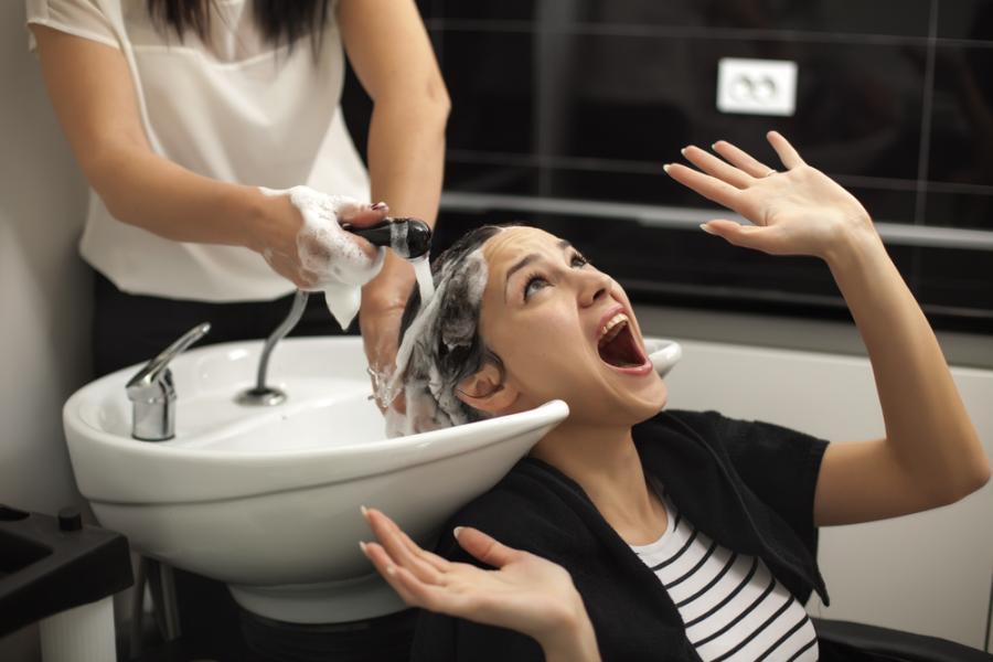 Przerażona kobieta w salonie fryzjerskim