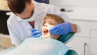 Dentystka leczy zęby dziecku
