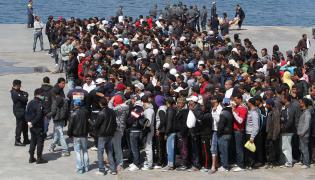Imigranci w porcie na wyspie Lampedusa