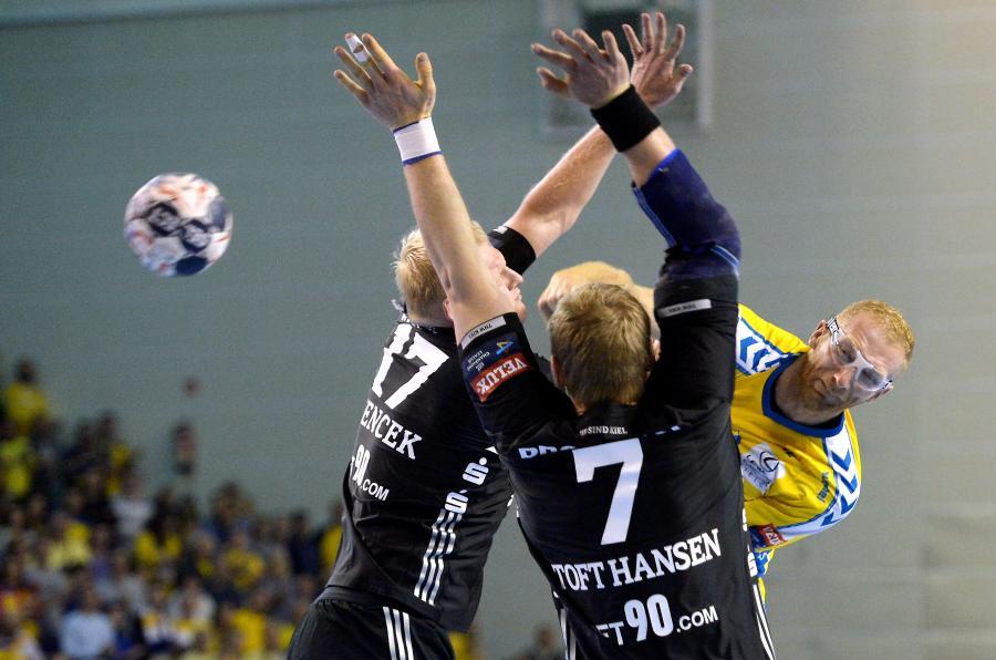 Zawodnik PGE Vive Kielce Karol Bielecki (P) oraz Patrick Wiencek (L) i Rene Toft Hansen (C) Z THW Kiel