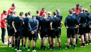 Nowy szkoleniowiec Lechii Adam Owen (C) podczas treningu drużyny w Gdańsku