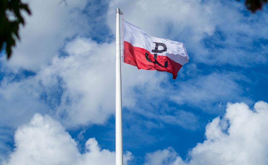 Maszt Wolności z flagą i znakiem Polski Walczącej