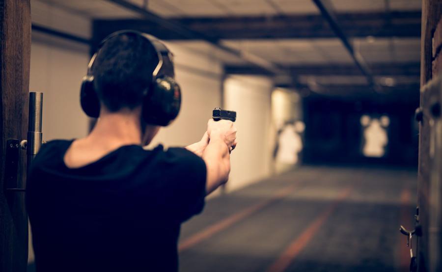 Mężczyzna strzelający do tarczy
