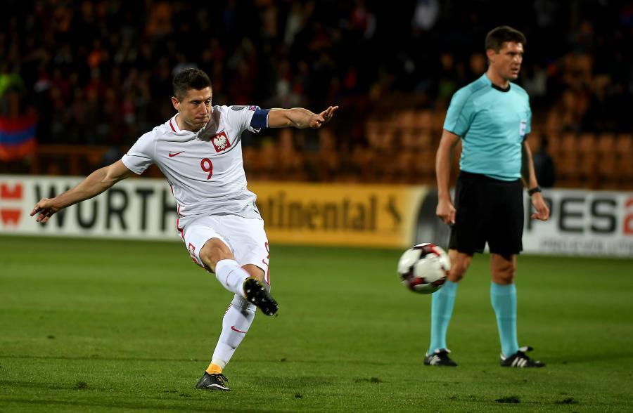 Robert Lewandowski strzela gola podczas meczu grupy E eliminacji mistrzostw świata z Armenią