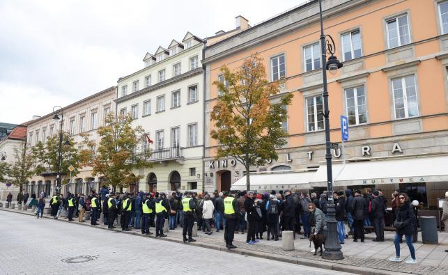 Policja ochrania zebranych podczas pikiety w obronie dyrektor PISF, Magdaleny Soroki