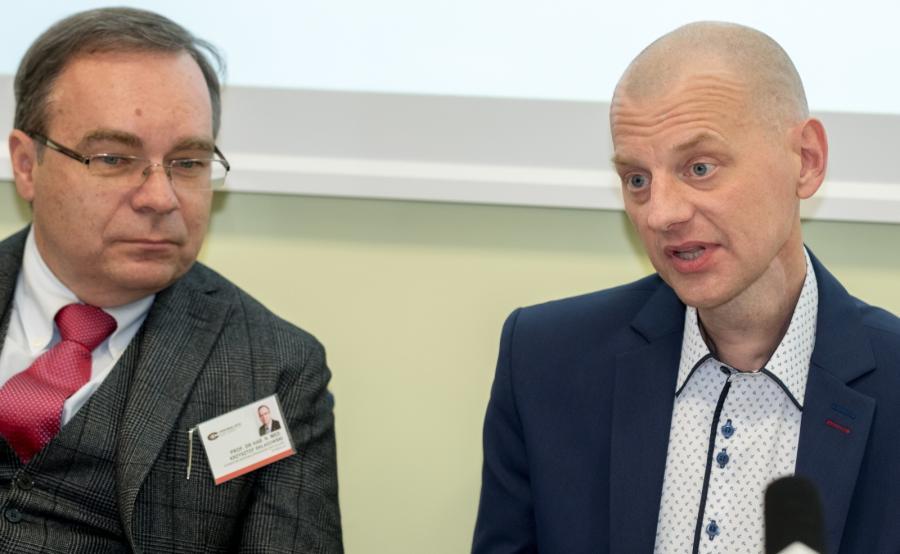 Dyrektor Gliwickiego Centrum Onkologii prof. Krzysztof Składowski (L) oraz pierwszy pacjent z przeszczepioną krtanią pan Michał Centkowski (P)