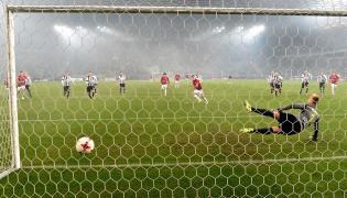 Piłkarz Wisły Kraków Carlitos (C) pokonuje z rzutu karnego Michała Gliwę (P) z Sandecji Nowy Sącz