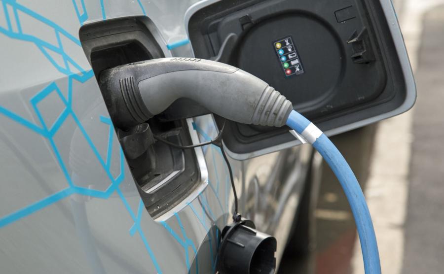 Ładowanie elektrycznego samochodu