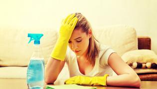 Kobieta sprząta mieszkanie