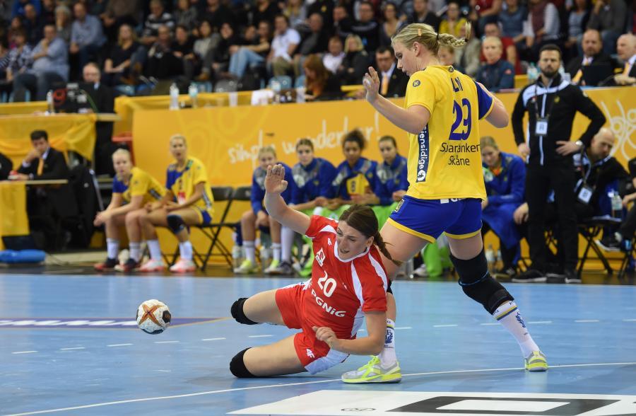 Zawodniczka reprezentacji Polski Joanna Drabik (L) i Jenny Alm (P) ze Szwecji