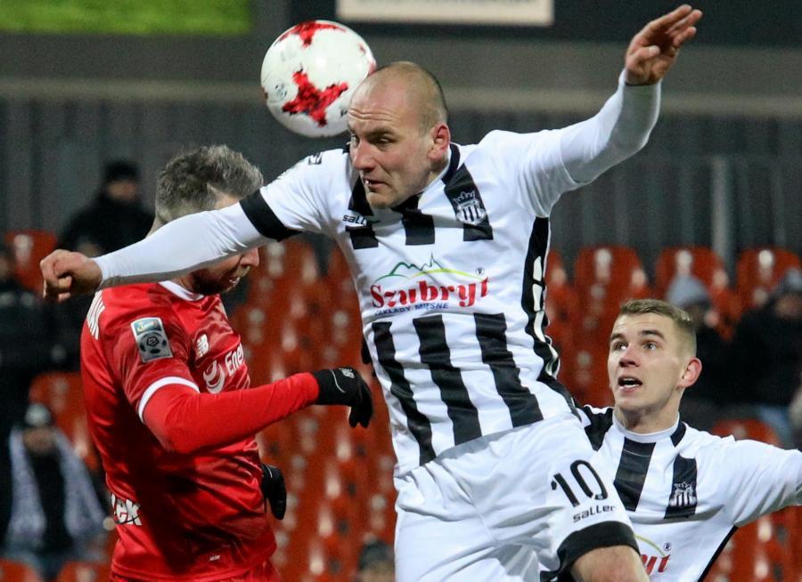 Piłkarze Sandecji Nowy Sącz Wojciech Trochim (C) i Adrian Danek (P) oraz Jakub Wawrzyniak (L) z Lechii Gdańsk