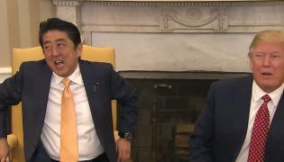 Premier Japonii Shinzo Abe cudem przeżył uścisk dłoni Donalda Trumpa