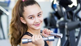 Dziewczynka na siłowni