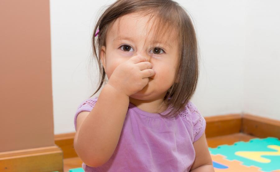 Dziewczynka trzyma się za nos