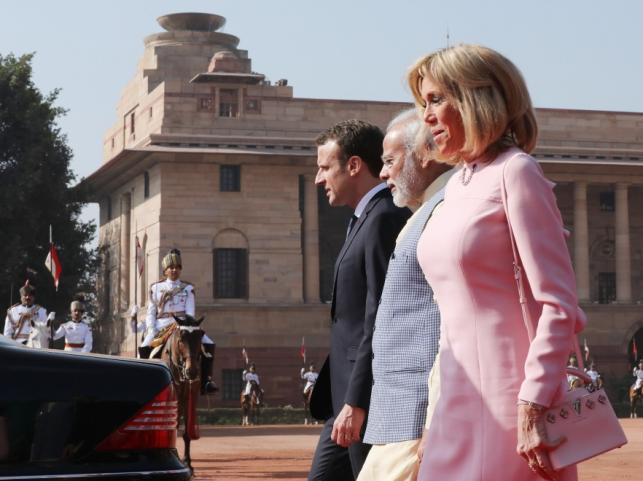 Emmanuel i Brigitte Macronowie z premierm Indii