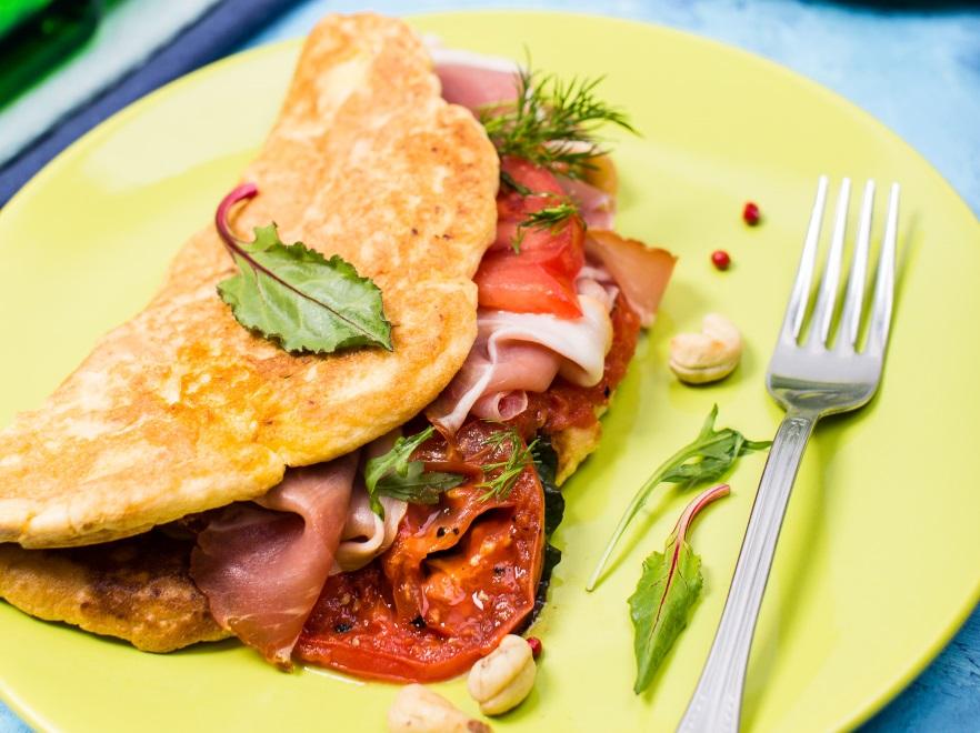 Omlet z pomidorami i orzechami nerkowca