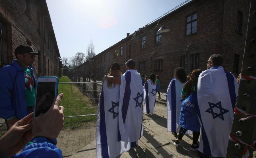 Młodzi Żydzi w muzeum Auschwitz