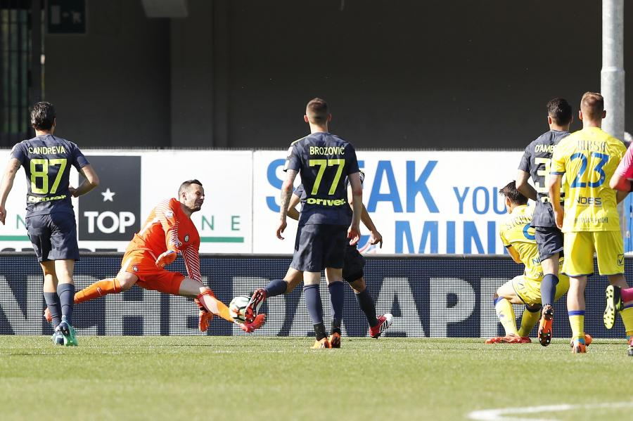 Mariusz Stępiński strzela gola w meczu z Interem
