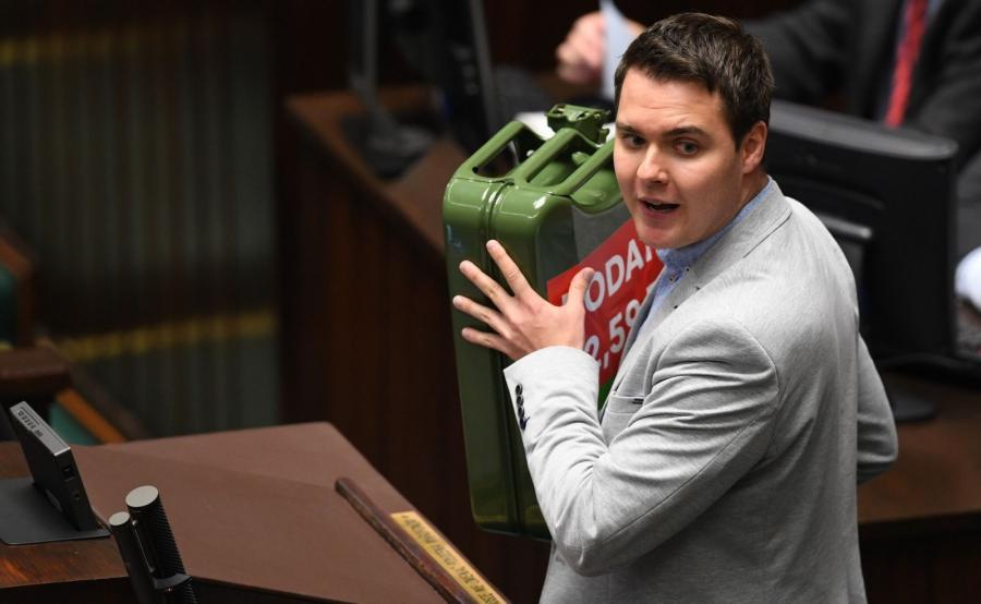 Poseł Łukasz Rzepecki (K\'15) wniósł na mównicę kanister, na którym zamieszczona była grafika wskazująca, że 53 proc. ceny paliwa stanowią podatki