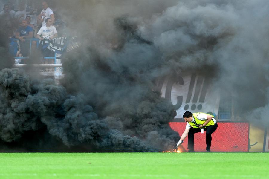 Sektor kibiców Lecha Poznań podczas meczu grupy mistrzowskiej ostatniej kolejki sezonu Ekstraklasy z Legią Warszawa