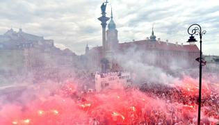 Piłkarze (w autobusie) i kibice Legii Warszawa podczas ceremonii dekoracji na Pl. Zamkowym w Warszwie