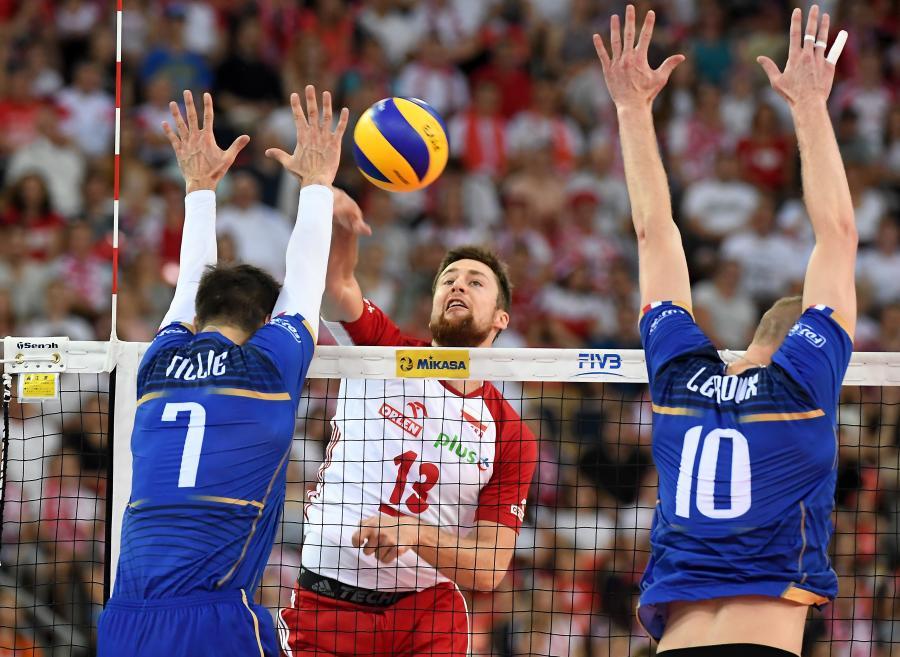 Michał Kubiak (C) oraz Francuzi Kevin Tillie (L) i Kevin Le Roux (P)