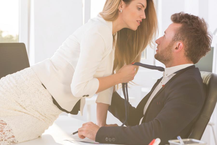 Kobieta napastuje mężczyznę