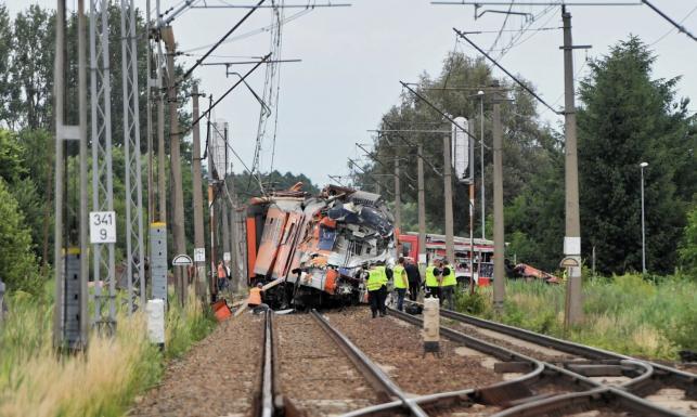 Tragedia na torach. Ciężarówka zderzyła się z pociągiem. Dzieci wśród poszkodowanych [ZDJĘCIA z miejsca wypadku]