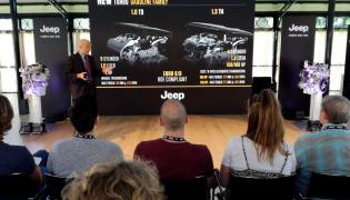 Paolo Pellotti z FCA Powertrain podczas prezentacji nowego Jeepa Renegade na torze testowym w Balocco