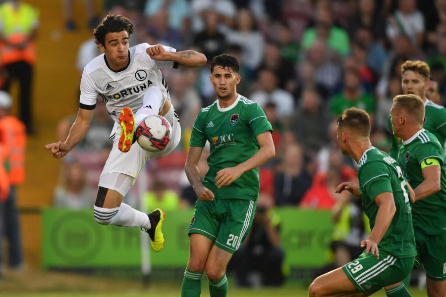 Zawodnik Legii Warszawa Sandro Kulsenović (L) i Shane Griffin (2-L) z Cork City FC