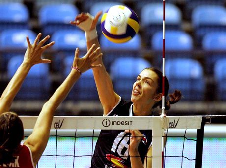 epa00535526 Anja Spasojevic (R) of Serbia and Montenegro shoots the ball over Izabela Belcik (L) of Poland during their Women\'s European Championship volleyball match in Zagreb on Thursday 22 September 2005.  EPA/ANTONIO BATDostawca: PAP/EPA.