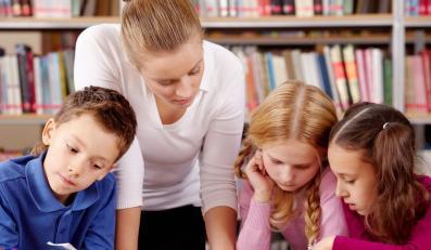Uczniowie pod opieką nauczycielki.
