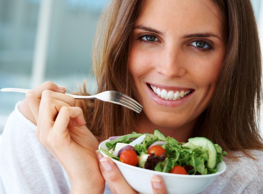 Kobieta jedząca sałatkę