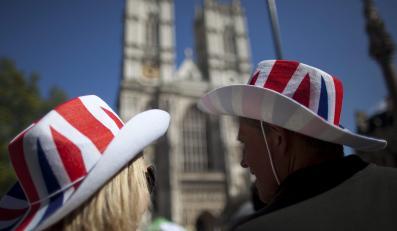 Turyści przed Opactwem Westminsterskim w Londynie